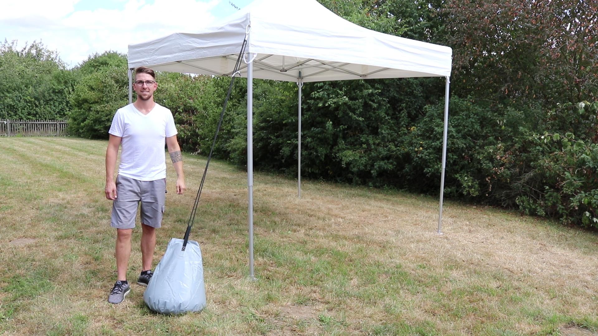 Zelt mit Wassersack abgespannt