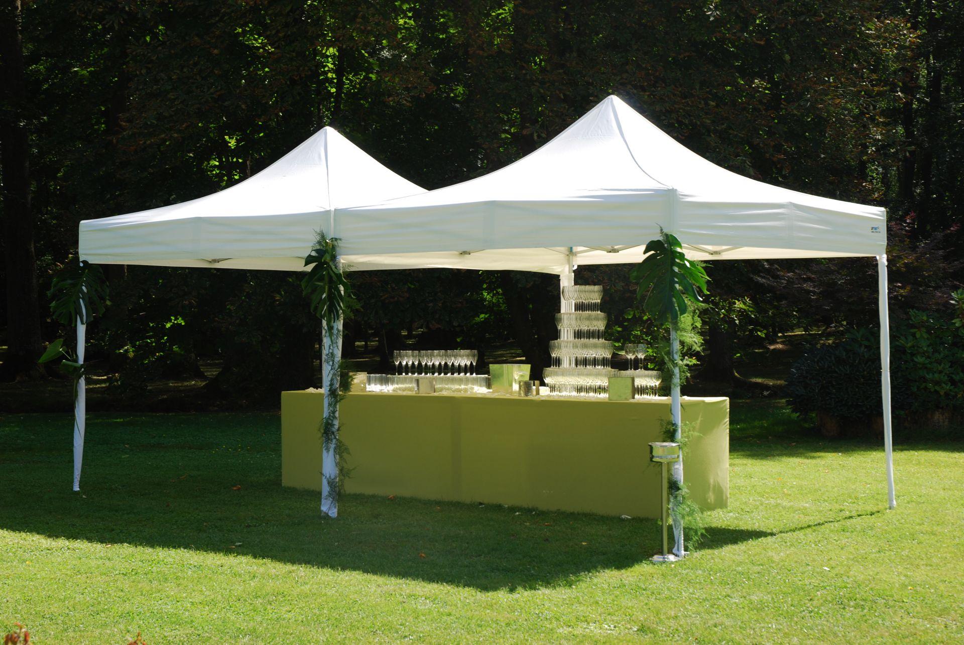Partyzelt im Garten für Getränke